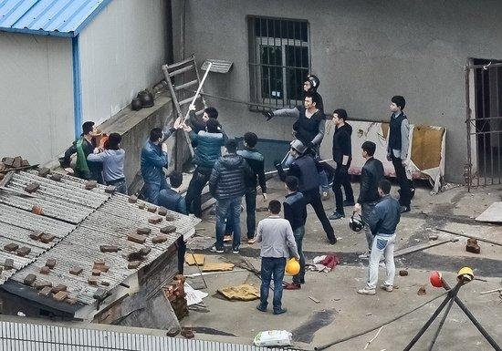江西南昌现暴力强拆 屋主抱煤气罐欲跳楼