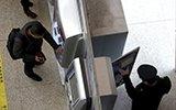 火车站自动取票机背后是什么样 你见过吗?
