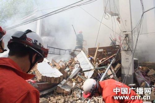 消防员在清理现场 中广网发 记者陈振玺/摄