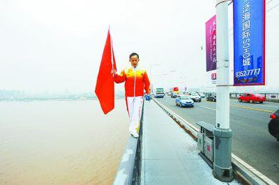老人走在大桥护栏上。见习记者彭航