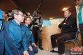 组图:日本东电社长向灾民下跪道歉遭怒斥