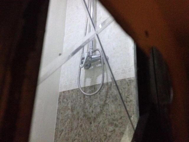 房东在浴室装双面镜 长期偷窥偷拍女租客(组图)