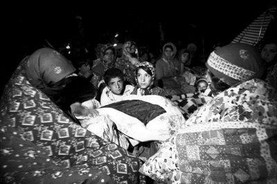 伊朗男子驾推土机搜寻生还者:村子成了大坟墓