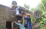 """农用车""""飞""""上屋顶 民众托举救援"""