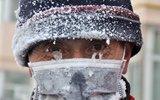 60岁老人零下38度扫马路 眼睛冻上冰渣