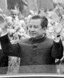 1975年9月9日,北京,西哈努克向民众挥手致意。