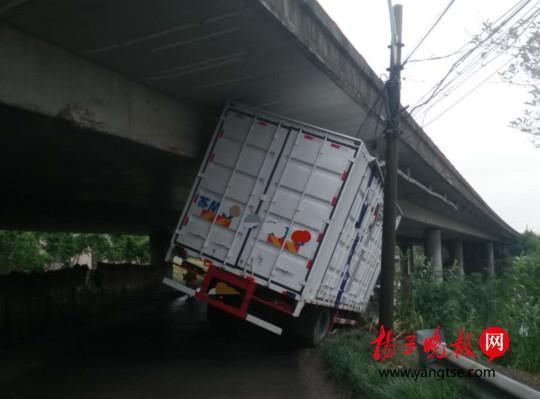 男子发现初恋已为人妻 悲伤过度驾车撞上高架桥