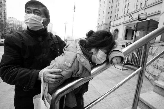 李晓航因走私普通货物罪判其有期徒刑3年,并被当庭收监,其父母从法庭走出来后,母亲失声痛哭