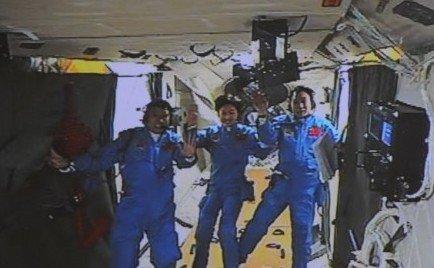 三名航天员在天宫一号内向祖国人民挥手致意