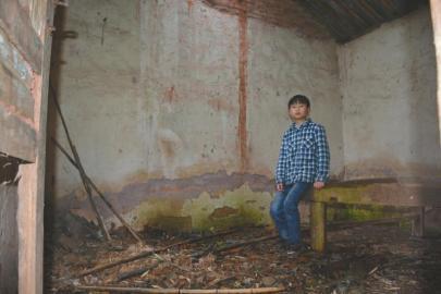12岁留守儿童寄养旅馆1年 父亲失联母亲早无音讯