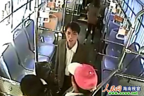 男子坐过站欲中途下车被拒后怒砸公交