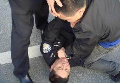 发布照片的网友爆料称,9月29日早,辽宁鞍山市检察院门口聚集了很多人,场面混乱,胜利路交通被堵塞,5名身穿制服的警察被市检察院的人围攻 并打倒,昏迷的警察随后被拖进检察院大楼。