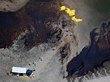 清理人员正在清除已渗漏到岛上的石油