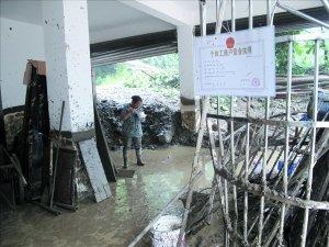都江堰龙池镇栗坪村余庆秀家的楼房被泥石流灌进半边屋子,地震前那里未发生过泥石流。