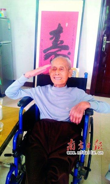 今年8月14日,曾老坐在轮椅上,挺直腰杆,向前来看望他的志愿者行军礼。 冼励勇