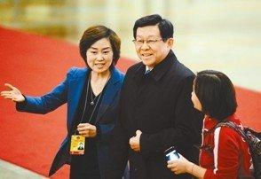 """女记者拦10名部长采访走红 被称""""拦部姐"""""""