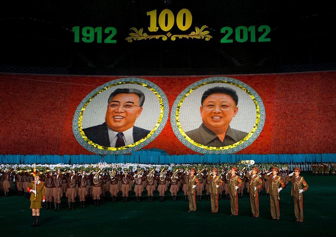阿里郎的表演地点在五一体育馆,体育馆里坐满了士兵,有一个贵宾包厢专供偶尔前来并愿意掏300欧元观看表演的外国游客使用。同时,外国游客还能得到一瓶水。阿里郎这样的盛会无疑是一个能够和朝鲜人交流的绝顶良机。从每年夏季开始,一直持续至9月,成千上万的体操运动员与音乐家不分年龄与性别,从国家的四面八方汇聚至此,带来繁盛至极的大型演出。金小姐告诉我她曾经也参加过阿里郎表演,她负责吹奏黑管,这让她的家人非常骄傲。