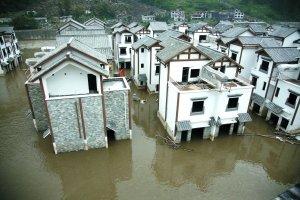 8月16日,汶川映秀镇新城全貌,水位略有下降。8月13日暴发的泥石流截断岷江,新城被淹,那时距离交付只有10多天。