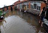 村民院内积满洪水