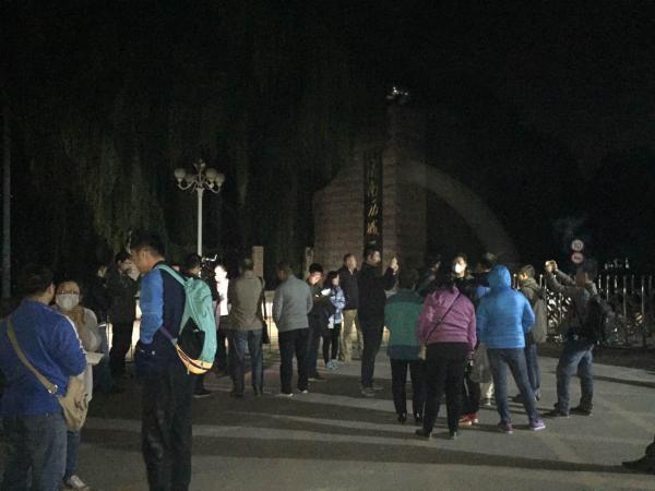 济南齐鲁制药厂爆炸 附近学校家长提前接学生回家