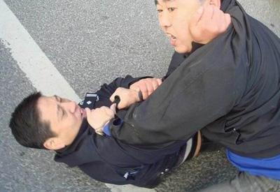 昨日,一位身着警服的男子与人扭打的照片在网上流传。