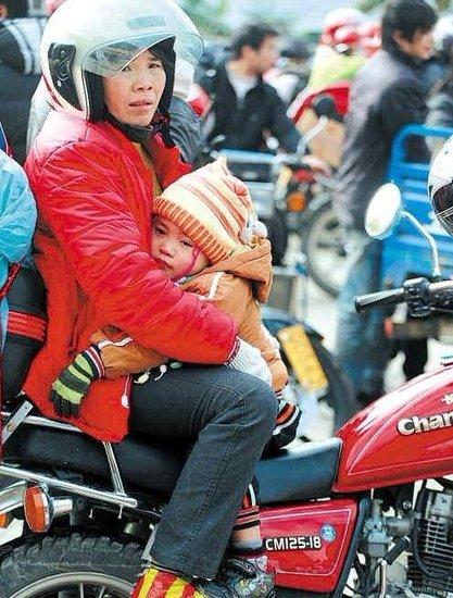 珠三角2万外来工驾摩托返乡 警车护送车队过境