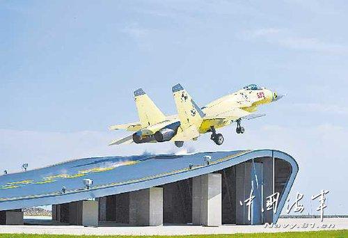 舰载机基地共完成试验训练科目飞行2700架次