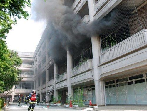 日本男子在宝塚市政府大楼泼油纵火 5人伤(图)