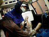救援人员在抢救被烫伤的民众
