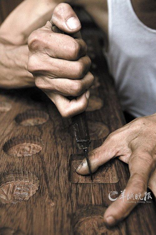 """牡丹花纹牌匾说:""""现在做饼印肯定是没市场了,我在想能不能转型做木刻"""