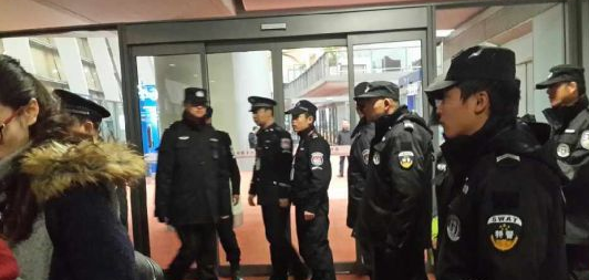 昆明机场航班延误 25名乘客强行打开逃生门被调查