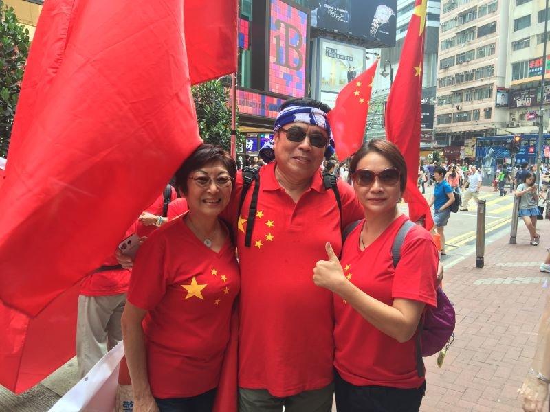 香港爱国人士身穿红色五星服装游行(组图) - 耄耋顽童 - 耄耋顽童博客 欢迎光临指导