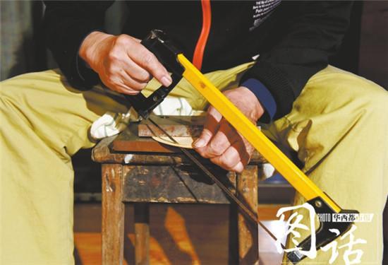乒乓球拍制作一个很重要的工序就是打磨,光是砂纸从粗到细就有5种,最后还需要用筷子来打磨光滑。 虽然两鬓早已斑白,但曹大爷的身体还挺好,年逾八旬,自制乒乓球拍的手艺也没落下。 他拿出一只乒乓球拍说,制作的第一步是选择合适的底板材料,底板要求轻,还要有弹性!他拿出了一张底板,一般来说,泡桐木材质比较好,但缺乏弹性,桧木就好多了。 选择好底板后,需要加7-9层的薄板,每一层薄板只有3-4毫米厚,薄板的作用是增加弹性,分别加在底板上,要对称分布。粘贴好薄板后,最后一步,便是粘贴胶皮和海绵。 通常来说,