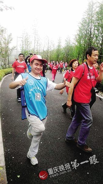 """重庆""""阿甘""""一年多单腿蹦完20次全国马拉松"""