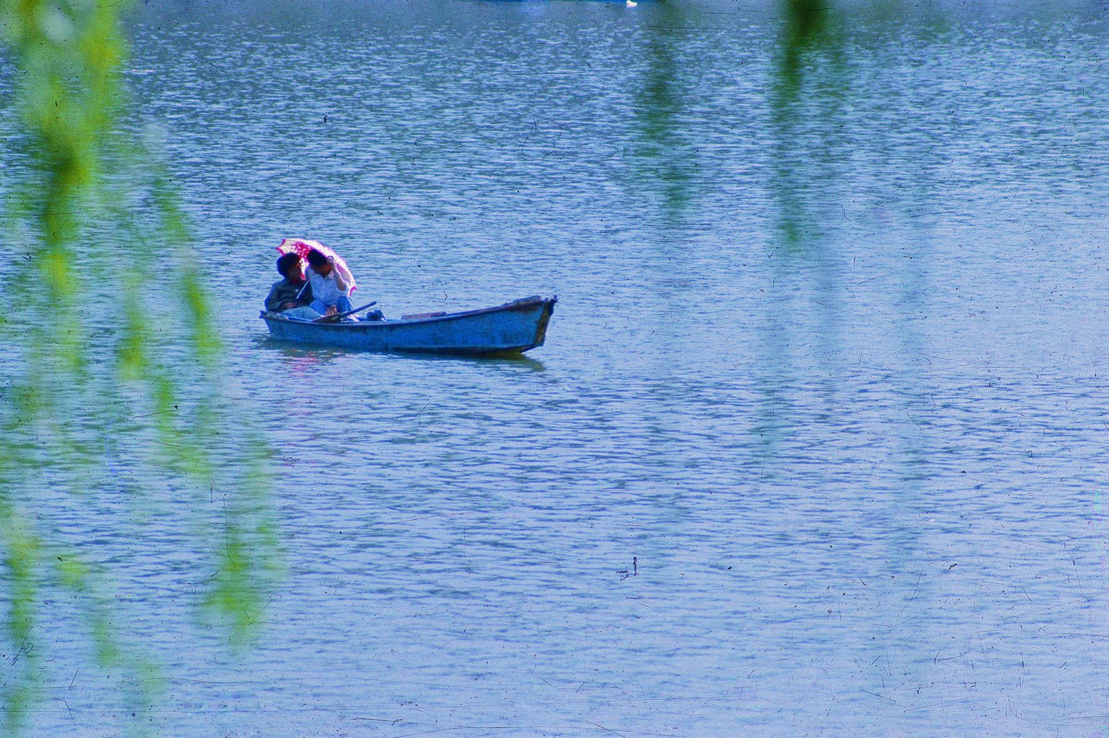 1980年,在北京什刹海划船的情侣。