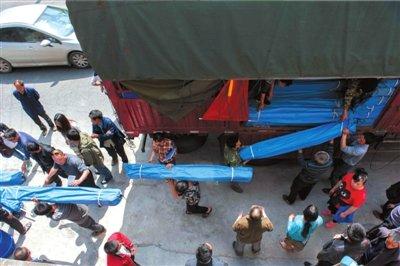 村民质疑帐篷送得晚 官方称非重灾区让位重灾区