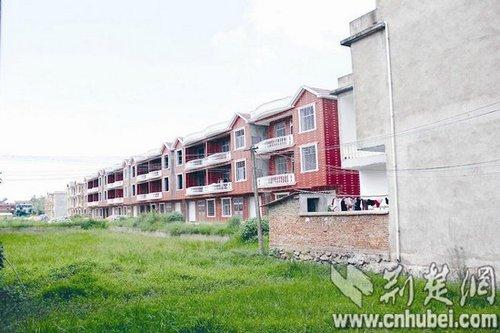 湖北蕲春村民非法占用农田建29栋别墅出售(图)