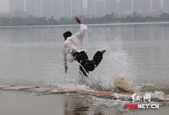 少林武僧成功水上漂120米刷新世界纪录(图)