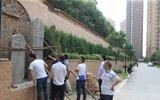 西安一业主在居民小区修缮祖先清代墓碑 邻居难接受