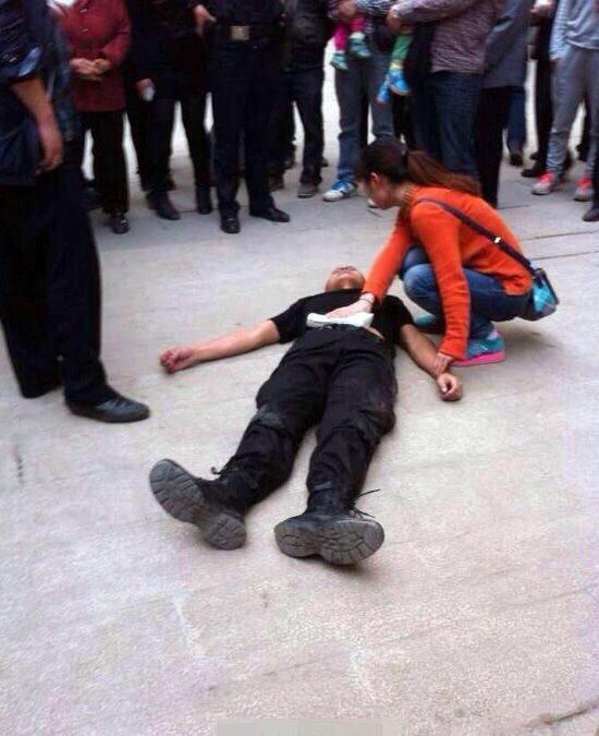四川资阳一特警阻止插队被刺伤 3嫌疑人被抓获