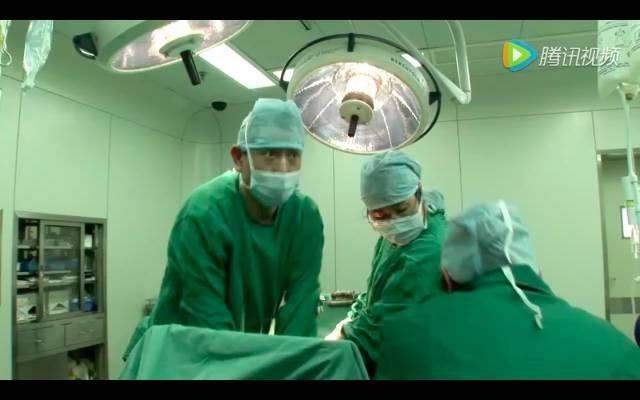 纪录片《生门》剧照,李家福医生在给夏锦菊做心脏复苏。