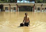 与洪水并存的一池碧水