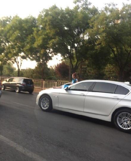 网友@姜钰烨称,车就这么开过去了,惊呆我了。