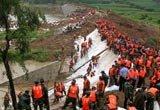 抢险人员加固八一水库堤坝