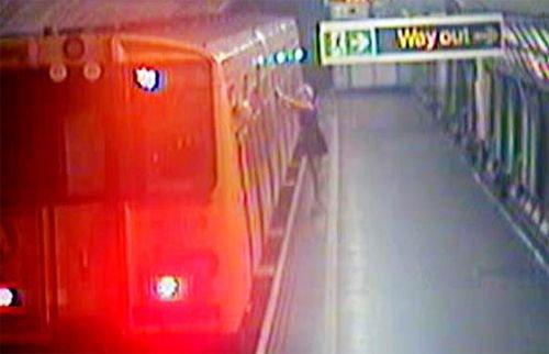 英女子乔治亚·瓦莉酒醉倚靠在列车上视频截图