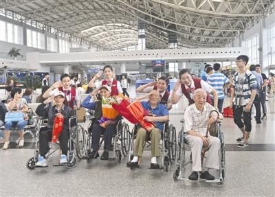 受阅老兵返回四川:国家强大 让我们扬眉吐气