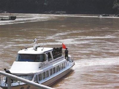 家属湄公河畔祭奠亲人 2名遇难者未获保险赔付