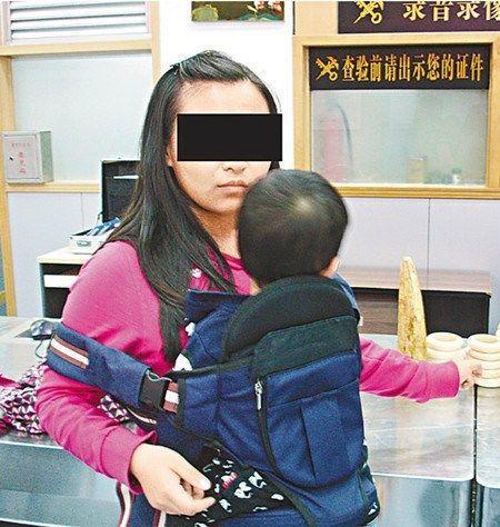 """皇岗海关破获一宗以""""出租婴儿""""掩饰走私案,拘获一名企图走私的香港女子。(香港《文汇报》)"""