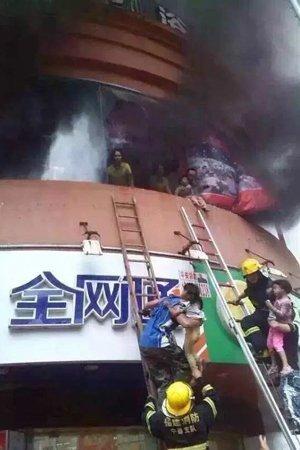 福建宁德幼儿园起火 市民拉大块布接孩子(图)