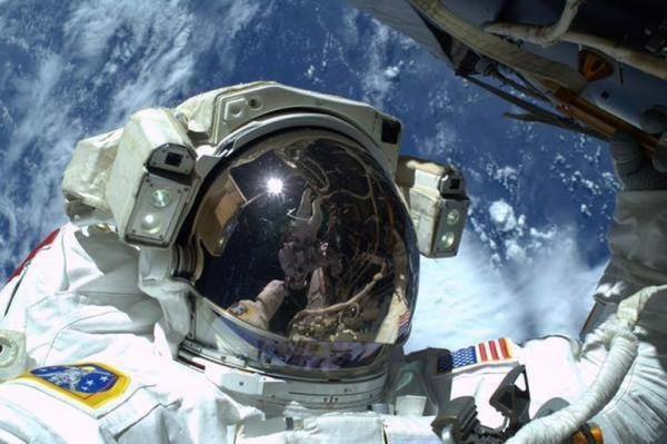 宇航员太空行走以地球为背景自拍走红(图)